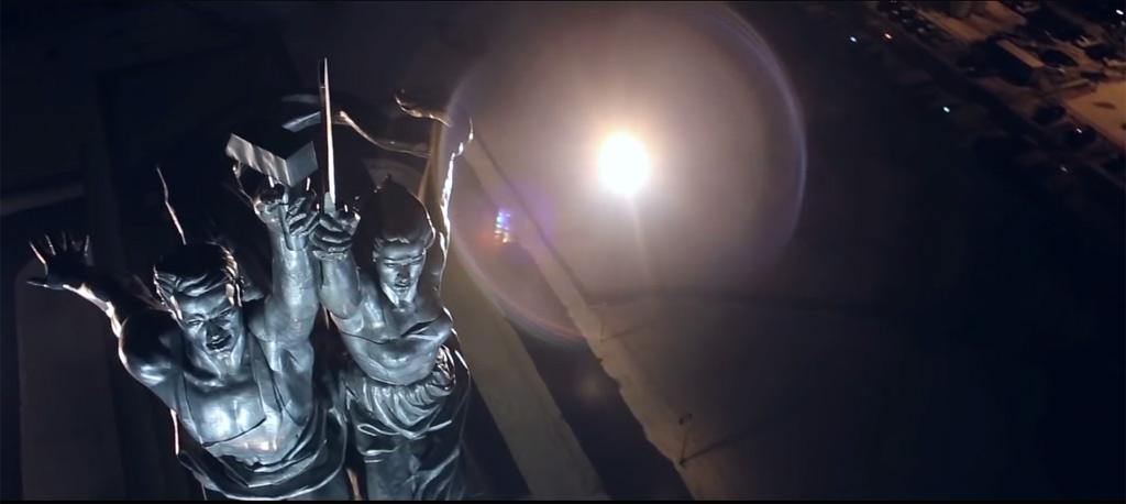 Рабочий и колхозница с высоты птичьего полета. Освещение скульптуры Рабочий и колхозница