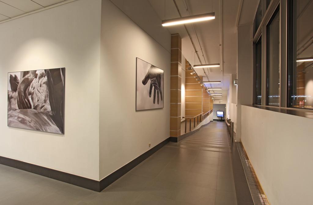 Все коридоры для спуска освещаются модульными светильниками собственного производства iPro