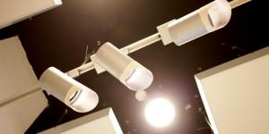Внутри галереи было выполнено комбинированное освещение одновременно галогенными лампами и люминесцентными