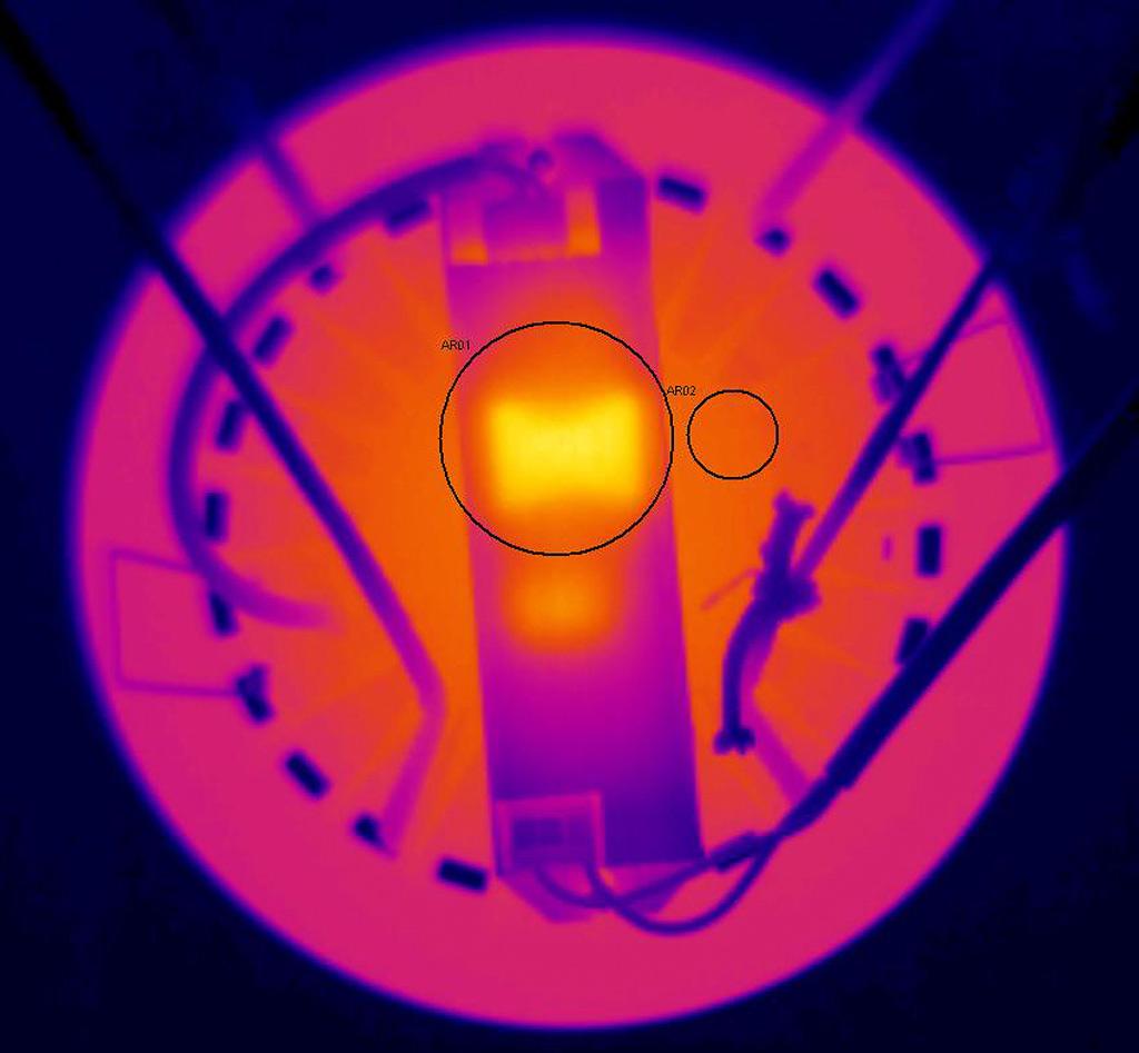 Термография образца Round с тыльной стороны. AR01 (поверхность блока питания): tmax = 56,6°С; AR02 (радиатор): 44,7°С