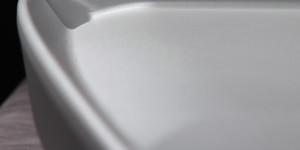 Часть тепло-рассеивающей поверхности и водоотводящие канавки корпуса. Вид сбоку