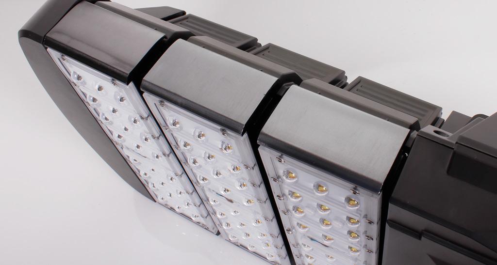 Торцевая часть светильника: оксидированные в тон черному пластику алюминиевые радиаторы