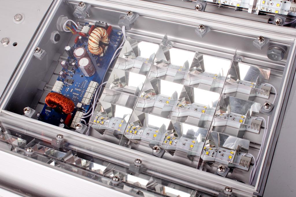 Оптический блок светильника, интегрированный в корпус и защищенный листами светостабилизированного поликарбоната