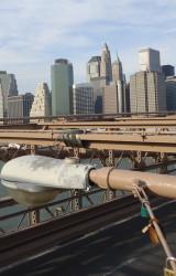 4.1 Облупившийся светильник с желтым и грязным поликарбонатом на Бруклинском мосту, Нью-Йорк