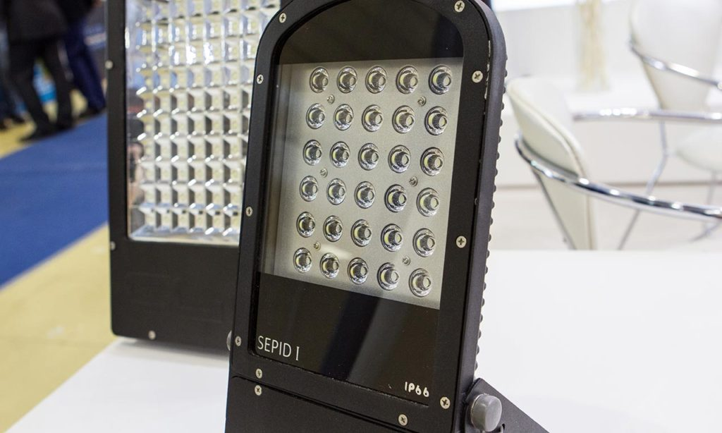 Помимо прожекторов с голыми диодами, встречались и более интересные модели со вторичной оптикой или коллиматорами