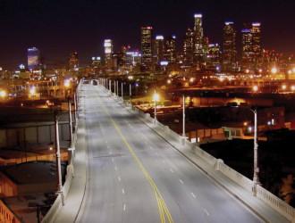 Вид на эстакаду в черте Лос-Анджелеса после замены ламп на светодиодные