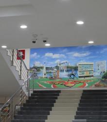 Освещение холла перовго этажа выполнено светильниками «Лайтсвет-Даунлайт»