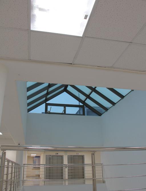Атриум Префектуры, 8 этаж. На фото виден светильник с интегрированным датчиком движения и освещенности, который обеспечивает плавное зональное управление группами светильников