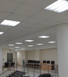 Освещение холла второго этажа выполнено светильниками «Лайтсвет-Армстронг». Работа групп светильников различных этажей согласована между собой через централизованную систему управления, которая учитывает текущую освещенность зон и наличие в них людей
