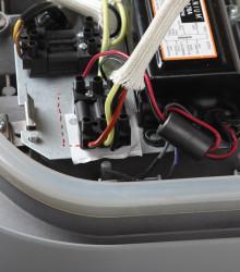Ферритовый фильтр (справа от центра) на проводах питания, идущих к источнику света