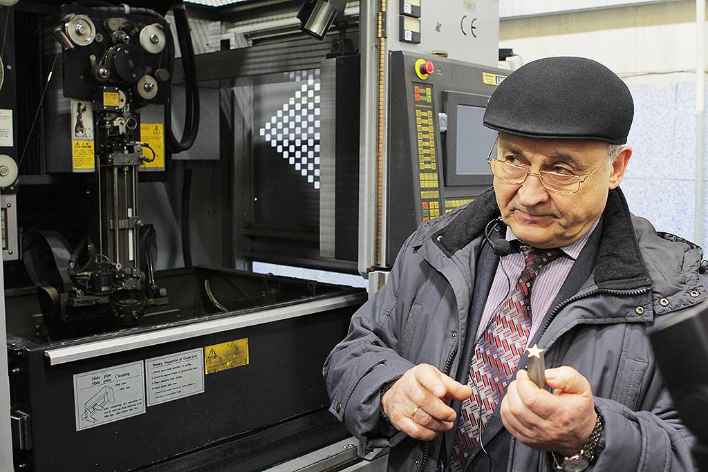 Евгений Иванович, с нескрываемой и искренней гордостью и воодушевлением показывал новые цеха, оборудование, линии сборки и склад