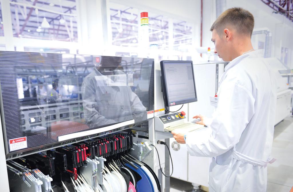 Программное обеспечение для новых корейских станков для автоматической расстановки электронных компонентов создано сотрудниками НИОКР. Работа на станках идет 24 часа, в три смены, но при этом обслуживанием оборудования заняты всего два человека