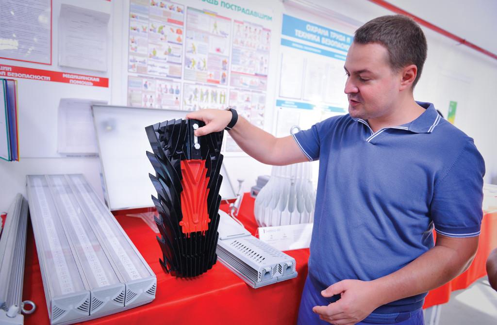 Директор предприятия Артем Когданин показывает продукцию LEDEL и объясняет ее конструктивные особенности