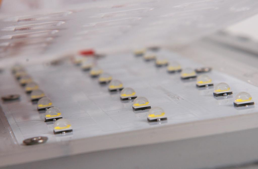 Оптический модуль с приподнятой линзой