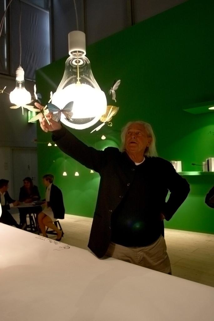 Light Building 2012. Светодизайнер Инго Маурер демонстрирует новую свою работу на стенде собственной компании