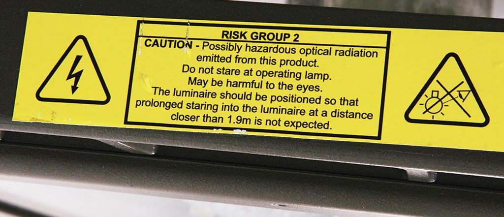 Информационная бирка, предупреждающая об опасности оптического излучения для органов зрения