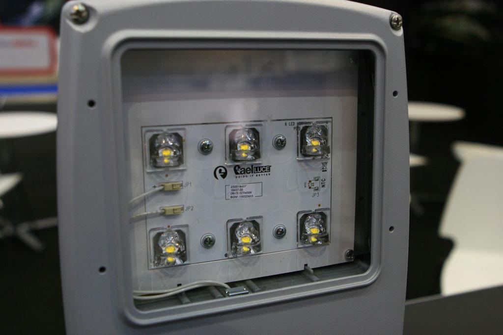 Оптическая часть уличного светильника со вторичной оптикой в виде одиночных линз