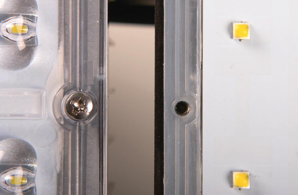 Притянутая саморезами линза (слева) и модуль со снятой линзой Уран-2А-76-10800