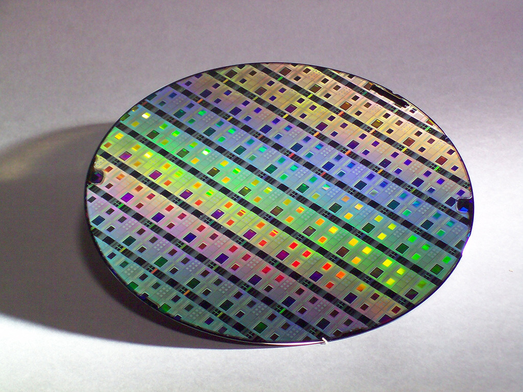 Подложка из искусственного сапфира с выращенными чипами на нем