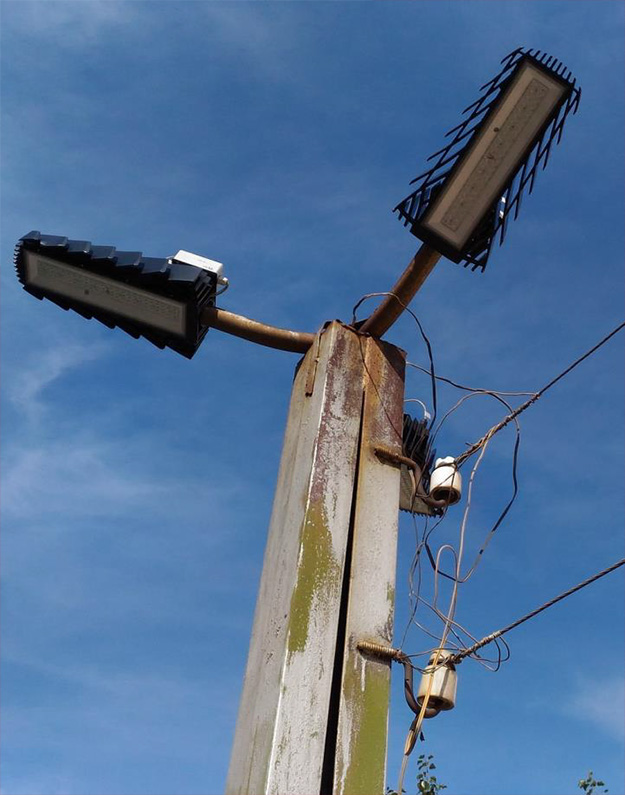 Присоединение к сети способом «наброс», специальные зажимы отсутствуют, при монтаже использован бывший в употреблении провод