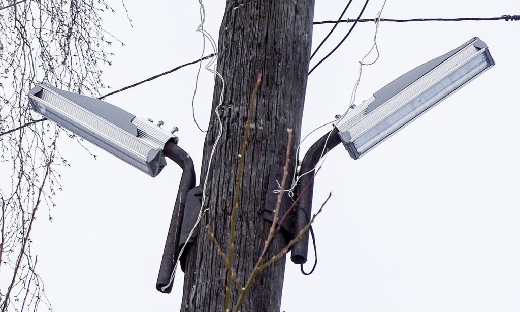 Светильники смонтированы на деревянную опору без заземления