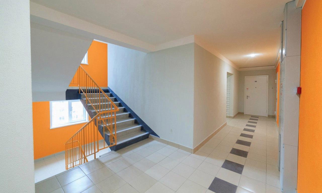 e287087f Как модернизировать освещение в подъезде жилого дома? Позитивная лестничная  клетка в новостройке в центральной части