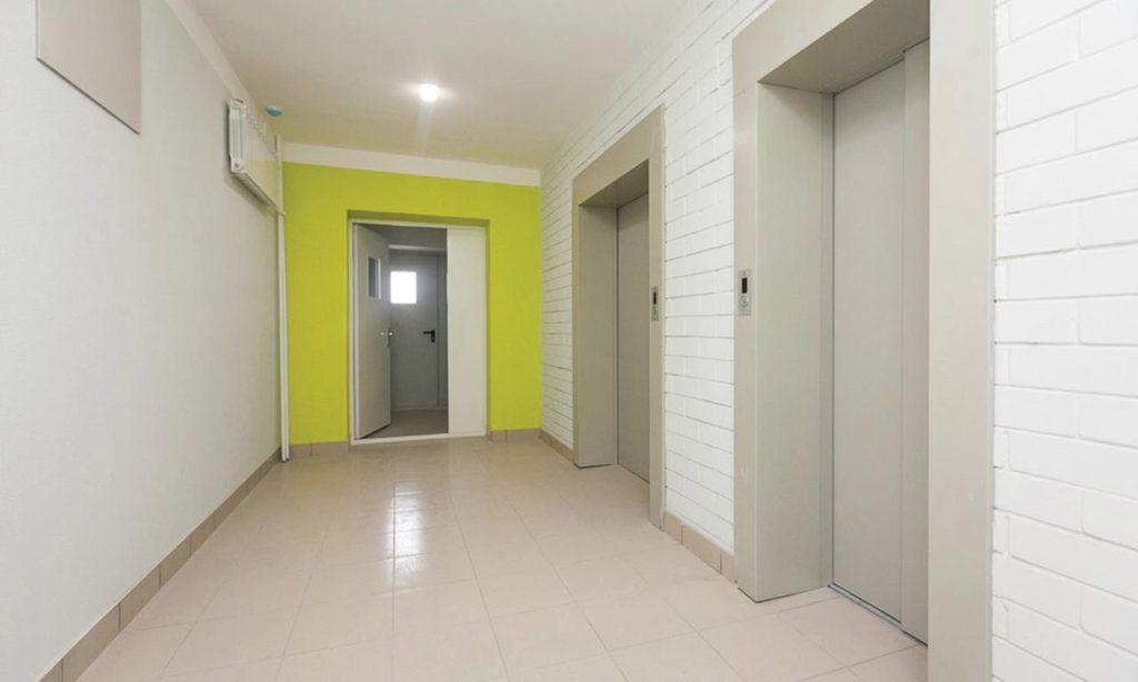 Лифтовой холл в многоквартирном доме. На данном адресе зона перед лифтами достаточно слабо освещена естественным светом даже солнечным днем и заказчик обязательно применяет дежурный режим