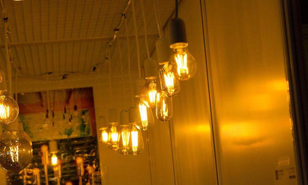 Десятки стендов с филаментными лампами и лампами накаливания, которые не сразу-то и отличишь