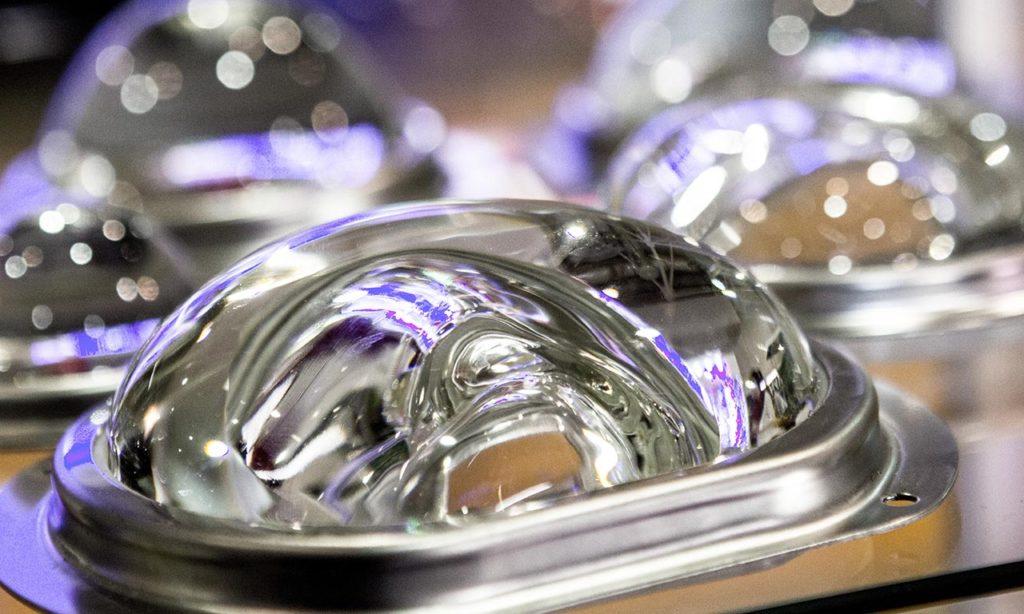 Компаний-производителей, предлагающих наряду со светильниками всю комплектуху — все больше и больше