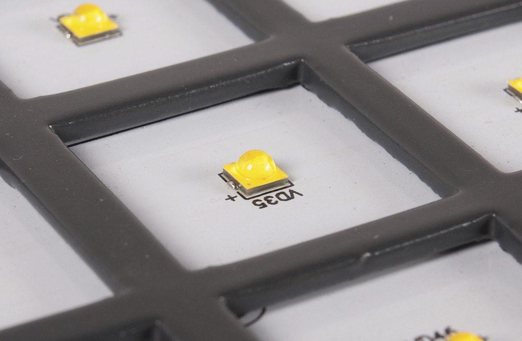 Фрагмент печатной платы светильника с демонтированной групповой линзой