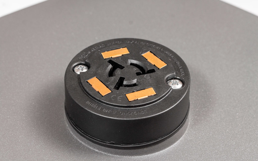 Установленный на светильник LED LuxON Bat 150W-LUX универсальный NEMA сокет