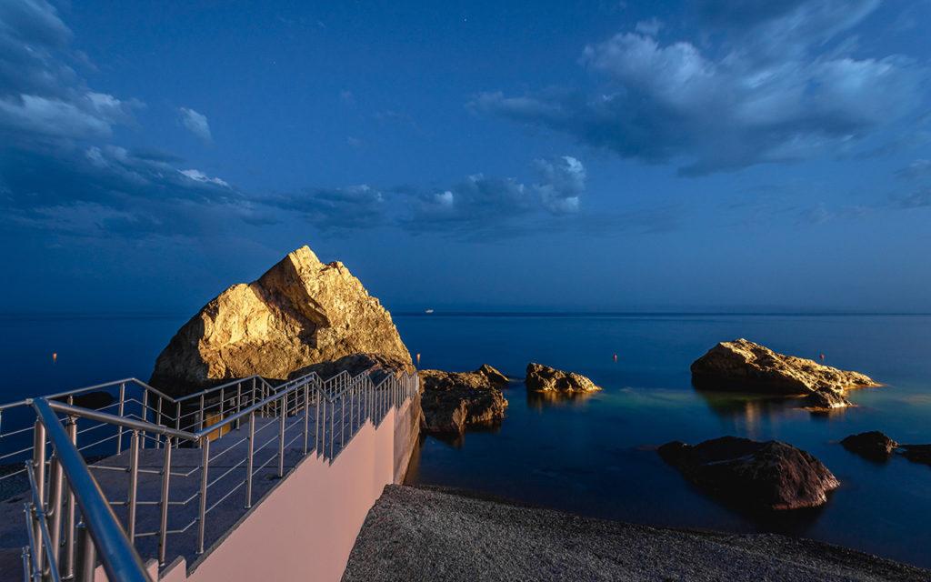 Проект освещения скалы. Закатный свет для «визитной карточки» одного из одного из крымских пляжей