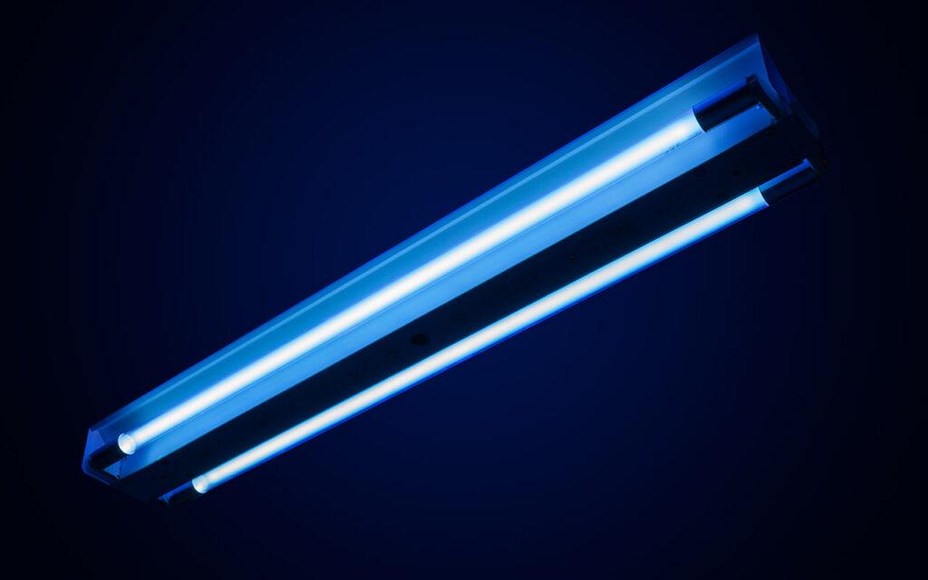 Вид бактерицидного облучателя ОБН 150 УХЛ 4.2 от ЗАО «Белинтегра» с тыльной стороны во включенном состоянии. Видны обе лампы: